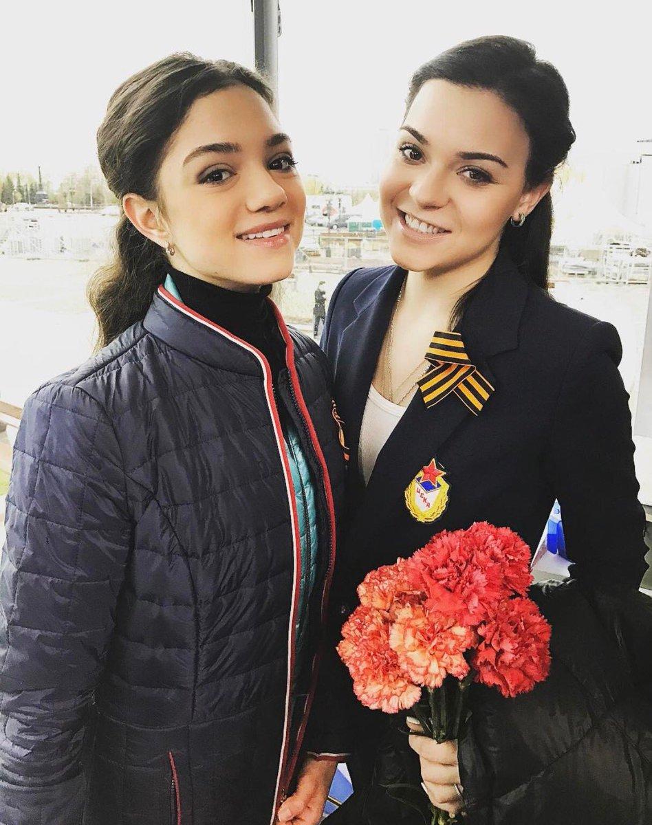 顔がそっくり。ロシアの エフゲニア・メドベージェワとアデリナ・ソトニコワが二人並んでツーショット。