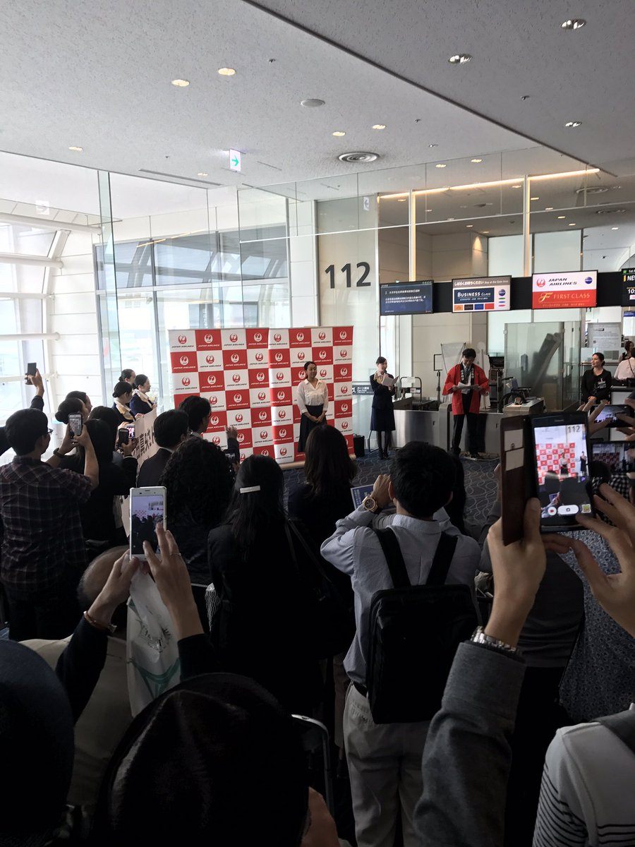 浅田真央が羽田空港からJALに搭乗しニューヨークへ。搭乗ゲートに偶然居合わした人達は騒然