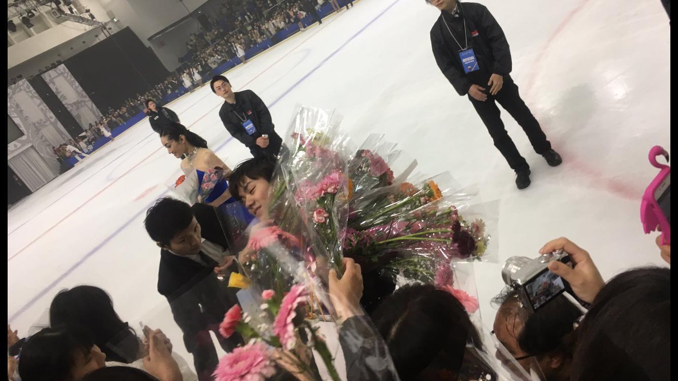 プリンスアイスワールド2017。あまりの人気ぶりに花束の山に埋もれる宇野昌磨。ファンも生で触れ合えて興奮気味?