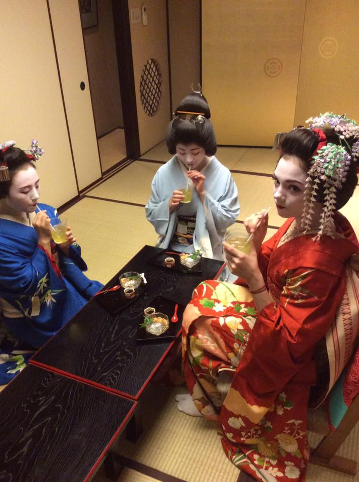 メドベージェワちゃんが京都を満喫。舞子姿で緑茶にもチャレンジ。美味しかったかな?