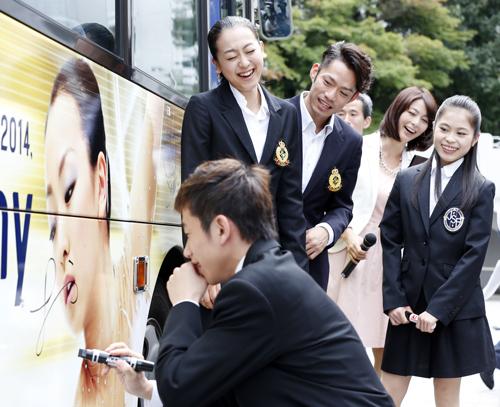 懐かしい想い出。浅田真央の顔がラッピングされたバスに織田信成がサインを書いてしまい一触即発?