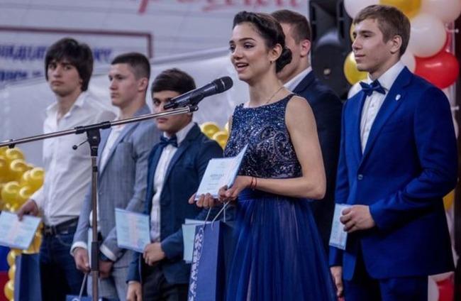 メドベージェワ選手が高校卒業式でスピーチ&インタビューに応じる動画を公開