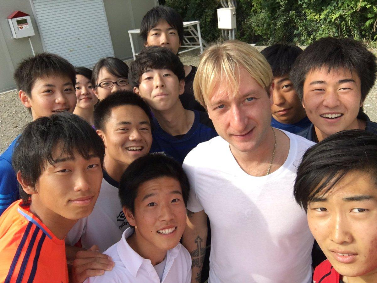 プルシェンコが日本の学生達と記念撮影。部活の途中に突然現れる
