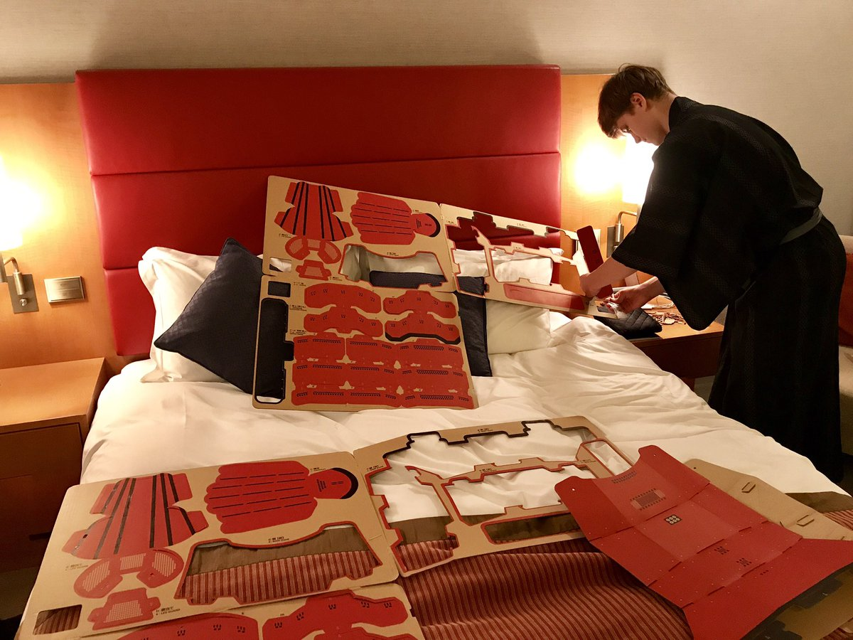日本の文化に興味津々。ラトデニ君がホテルの寝室で侍の鎧を密かに作成。