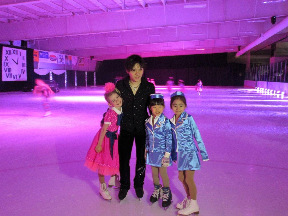 バックトゥザフューチャーオンアイスに参加した宇野昌磨選手と一緒に記念撮影。アメリカの子供達も嬉しそう。