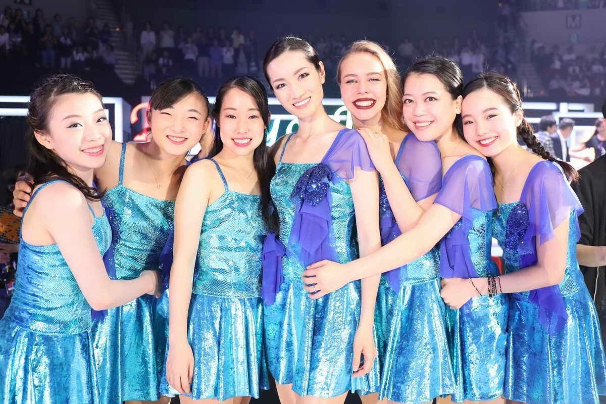 荒川静香さんを中心に華のある女子選手らが集合した記念写真が凄く綺麗