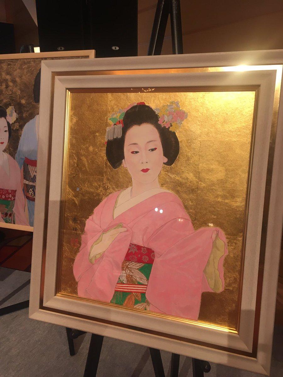 エアウィーヴ10周年会見の会場に日本画家の堀泰明さんが描いた舞妓・浅田真央の絵画が豪華だと話題に