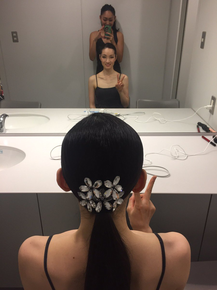 素敵な髪飾りで女子力高い。荒川静香の髪飾りを安藤美姫が綺麗にセット。