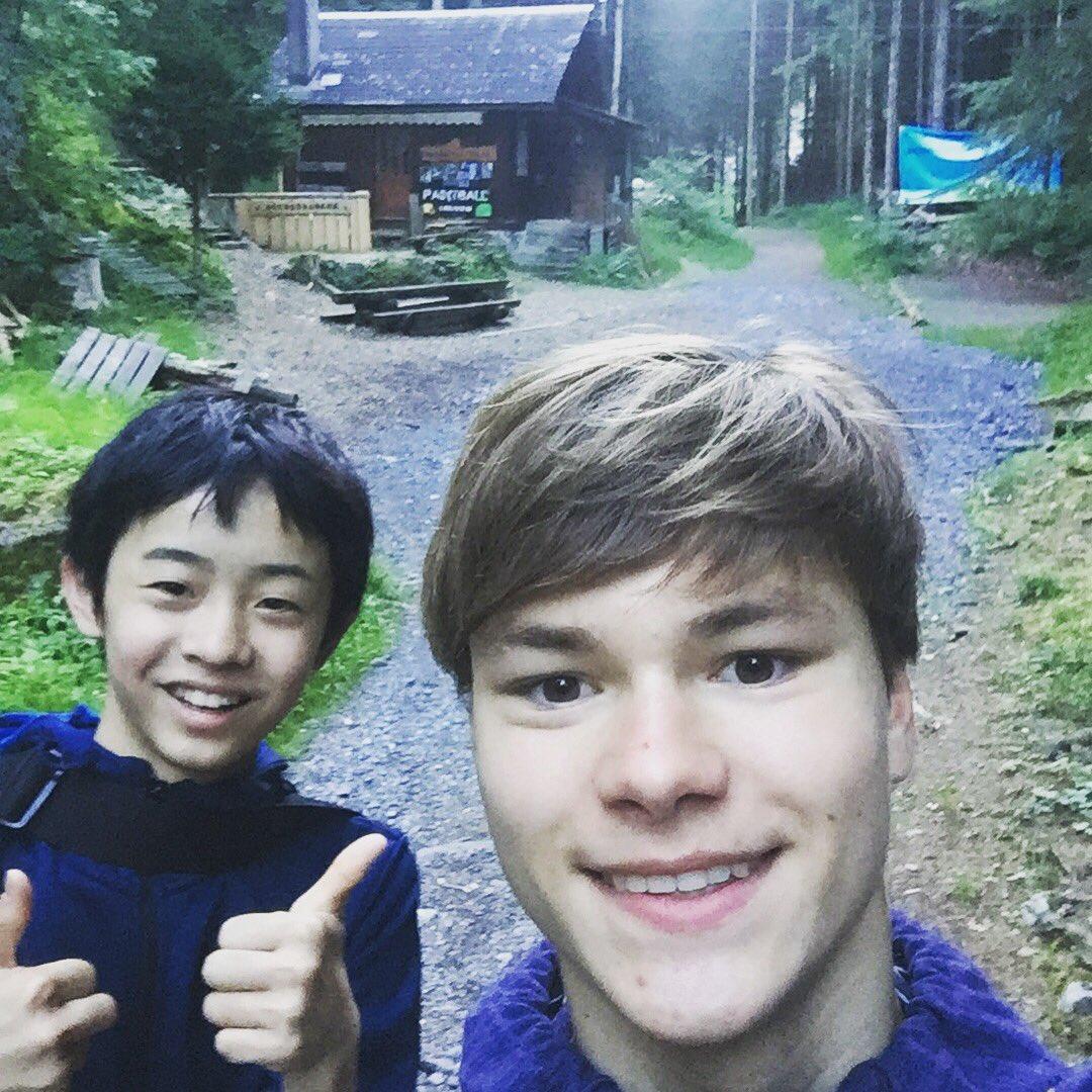 ラトデニ君と幸四郎君が一緒に朝の散歩にお出かけ。大自然の中でさわやかハイキング。
