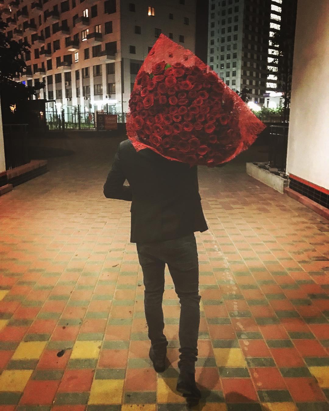 どこに向かってる?ロシアのコフトゥン選手が沢山のバラの花束を抱え夜の街へ