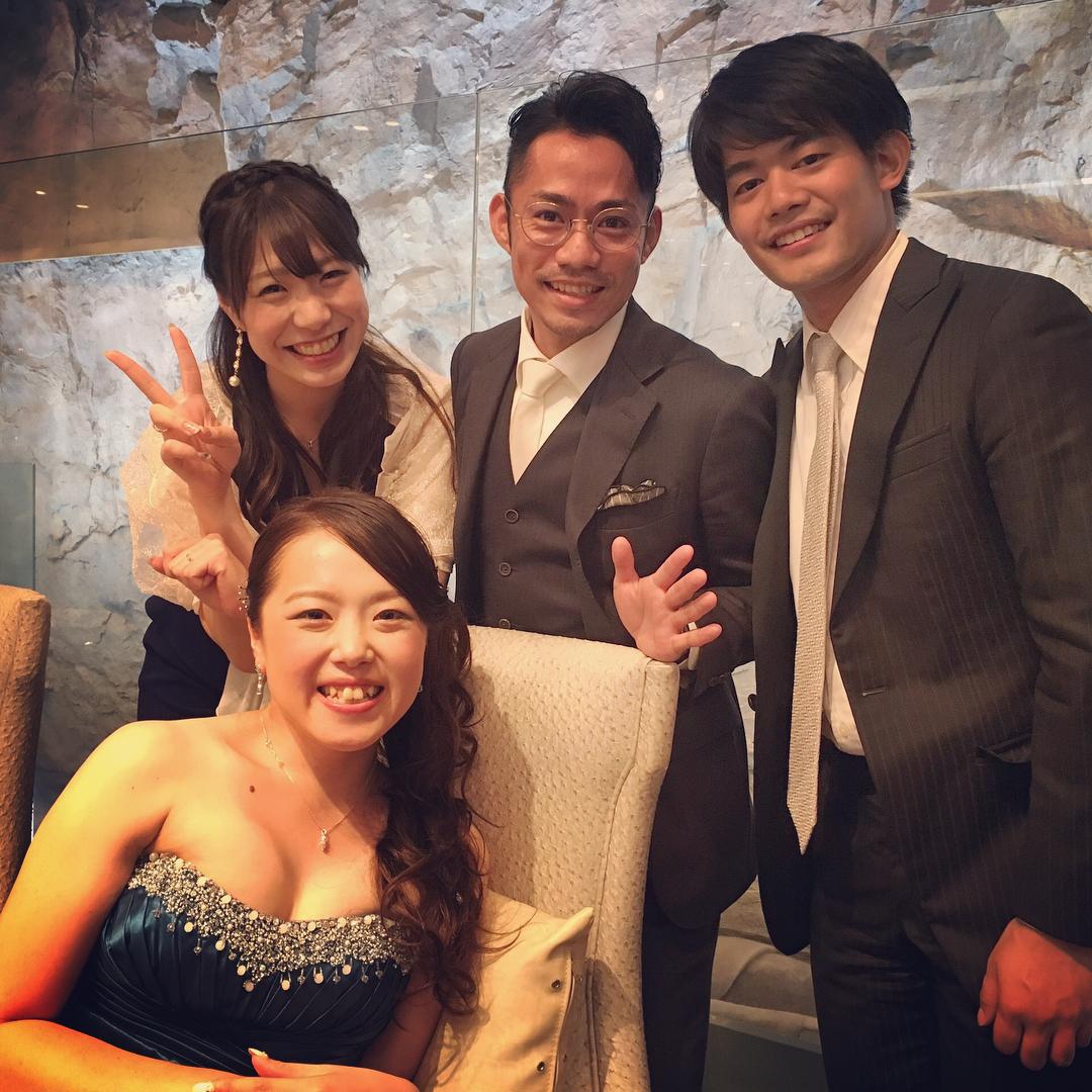 みんなの笑顔が幸せそう。高橋大輔さんと小塚崇彦さんが友人の結婚式に出席。