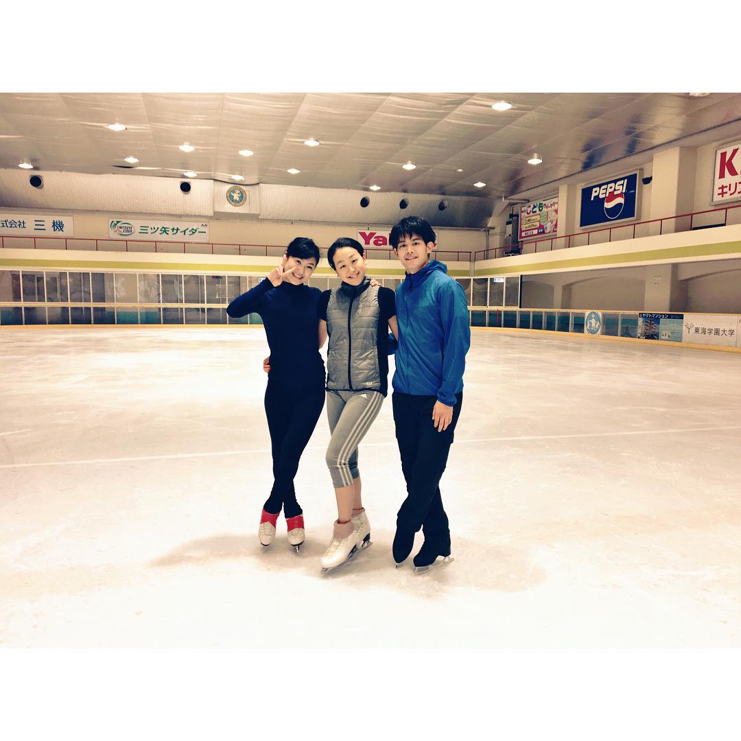 浅田真央・小塚崇彦・村上佳菜子のスリーショットを公開。仲良し三人組がTHE ICEに向けて一緒に練習。