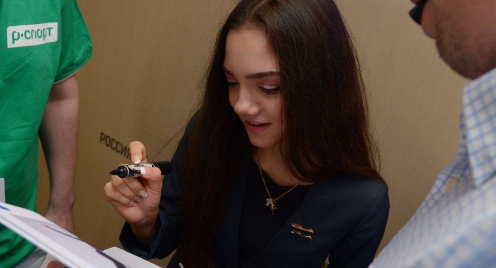 モスクワで行われた展覧会にメドベージェワ選手のアニメ画が展示される