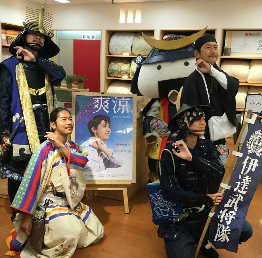 仙台おもてなし集団の伊達武将隊が羽生結弦選手の爽涼ポスターの前で同じポーズを披露