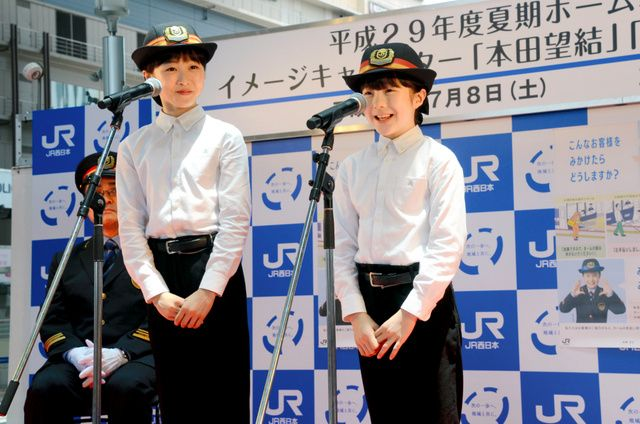 ホーム転落事故防げ。本田望結・紗来さん姉妹が訴え。JR大阪駅で一日駅長・副駅長を務める