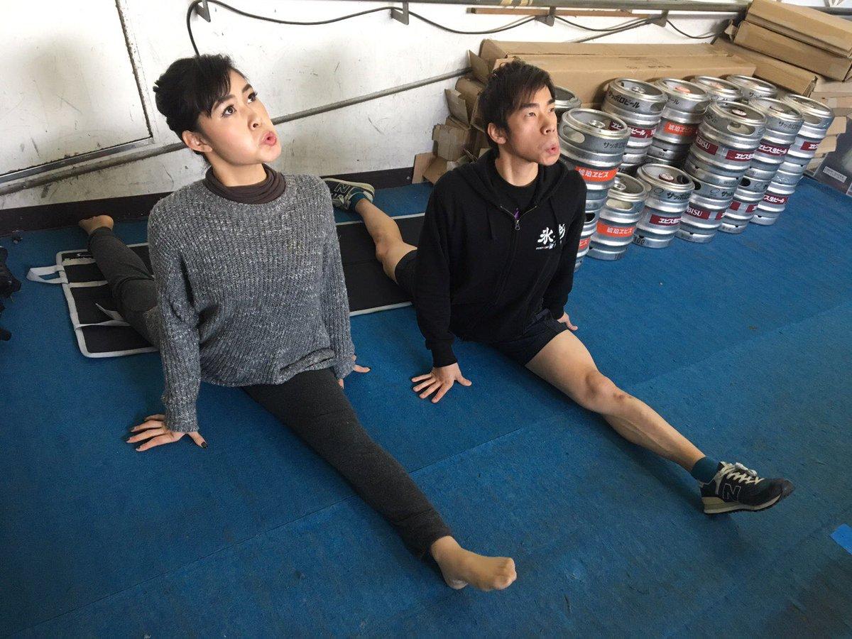 織田信成&村上佳菜子コンビの面白写真が再び。「入念にストレッチをするオスゴリラとメスゴリラ。」