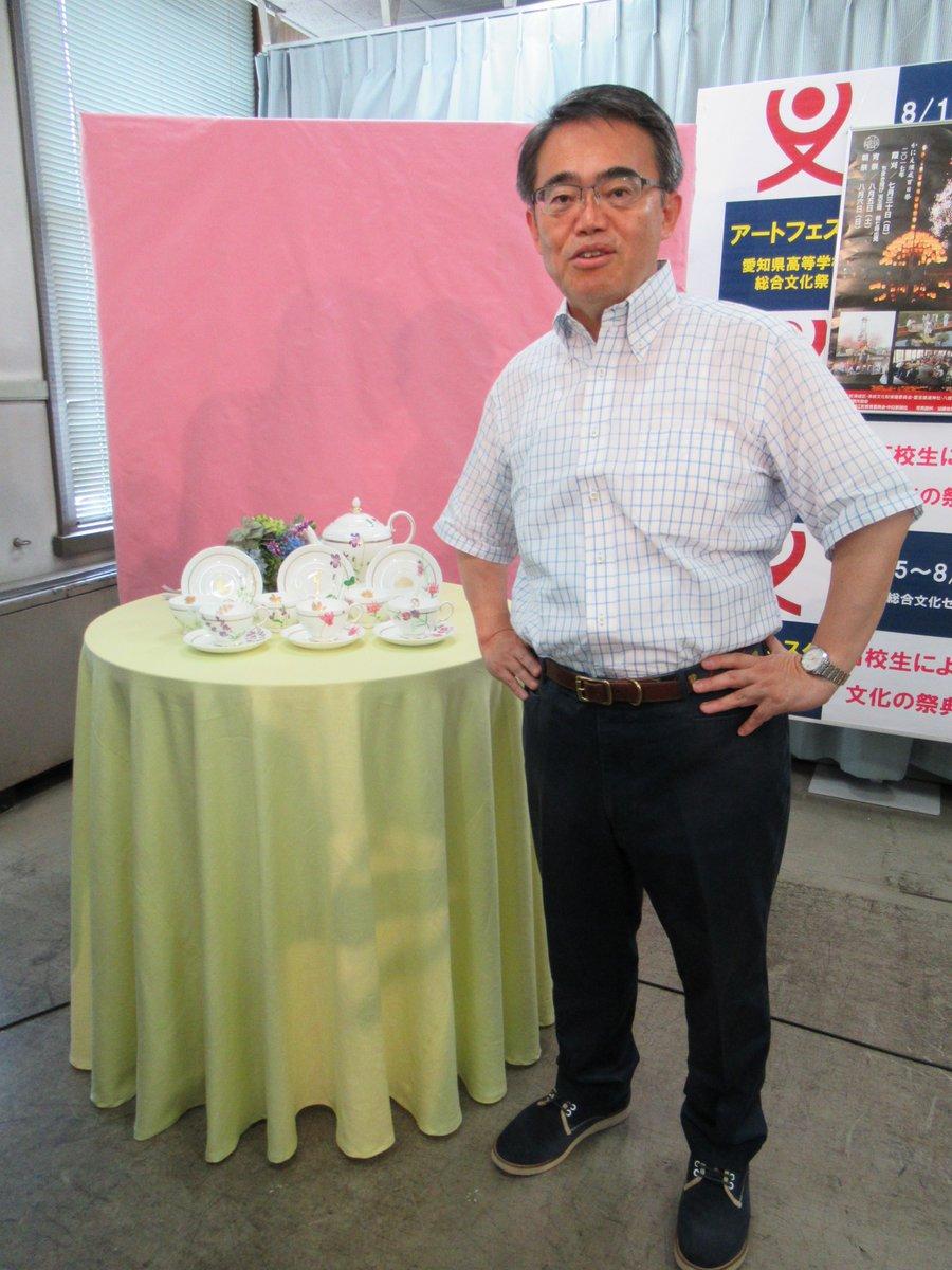 大村秀章愛知県知事が県民栄誉賞の表彰式に浅田真央ちゃんへお渡しする記念品を紹介