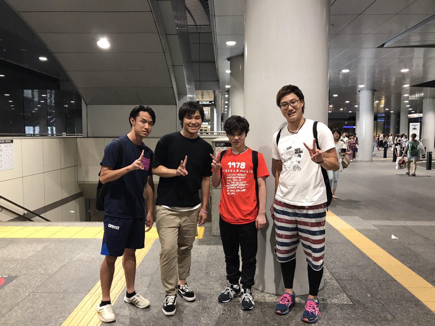 可愛さが引き立ってる。宇野昌磨選手が帰国し名古屋駅で学生さんらと一緒に記念撮影