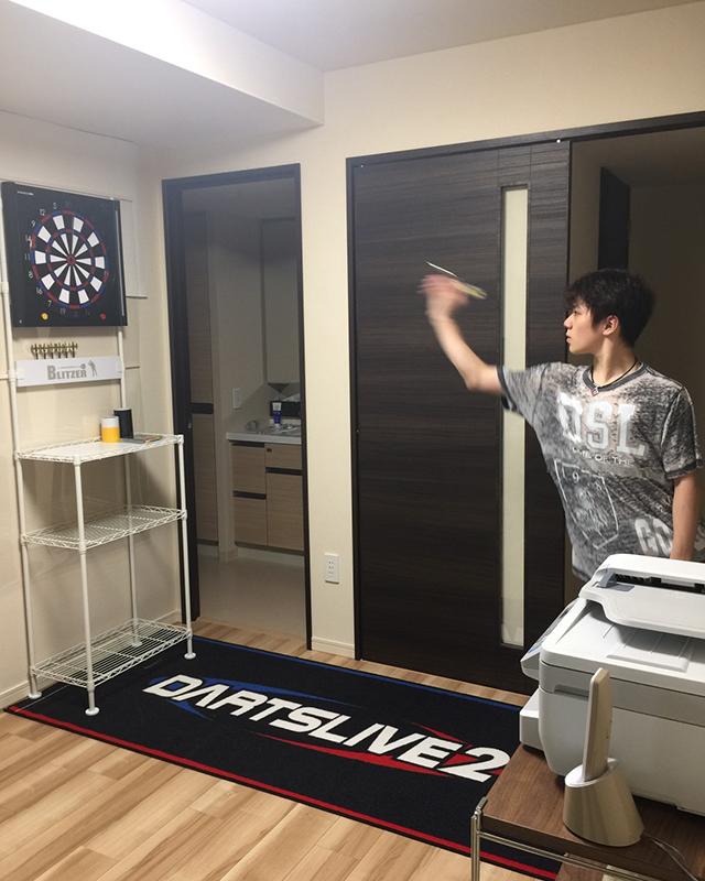 宇野昌磨選手の公式サイト更新。自宅でダーツをする姿を公開