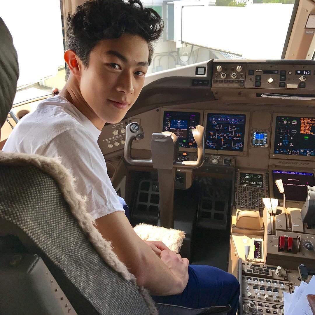 ネイサン・チェンがパイロットに?コクピットで振り向きざまのカメラ目線がカッコいい