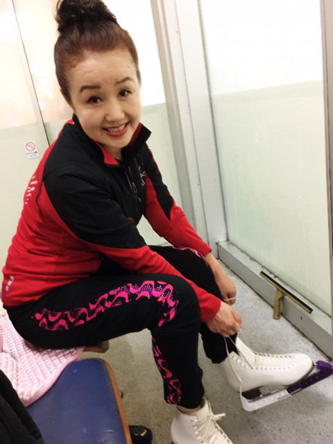 フィギュアスケート愛好家でもあるピンクの電話の清水よし子さんがフィギュアスケートの練習中に骨折。大会出場断念へ