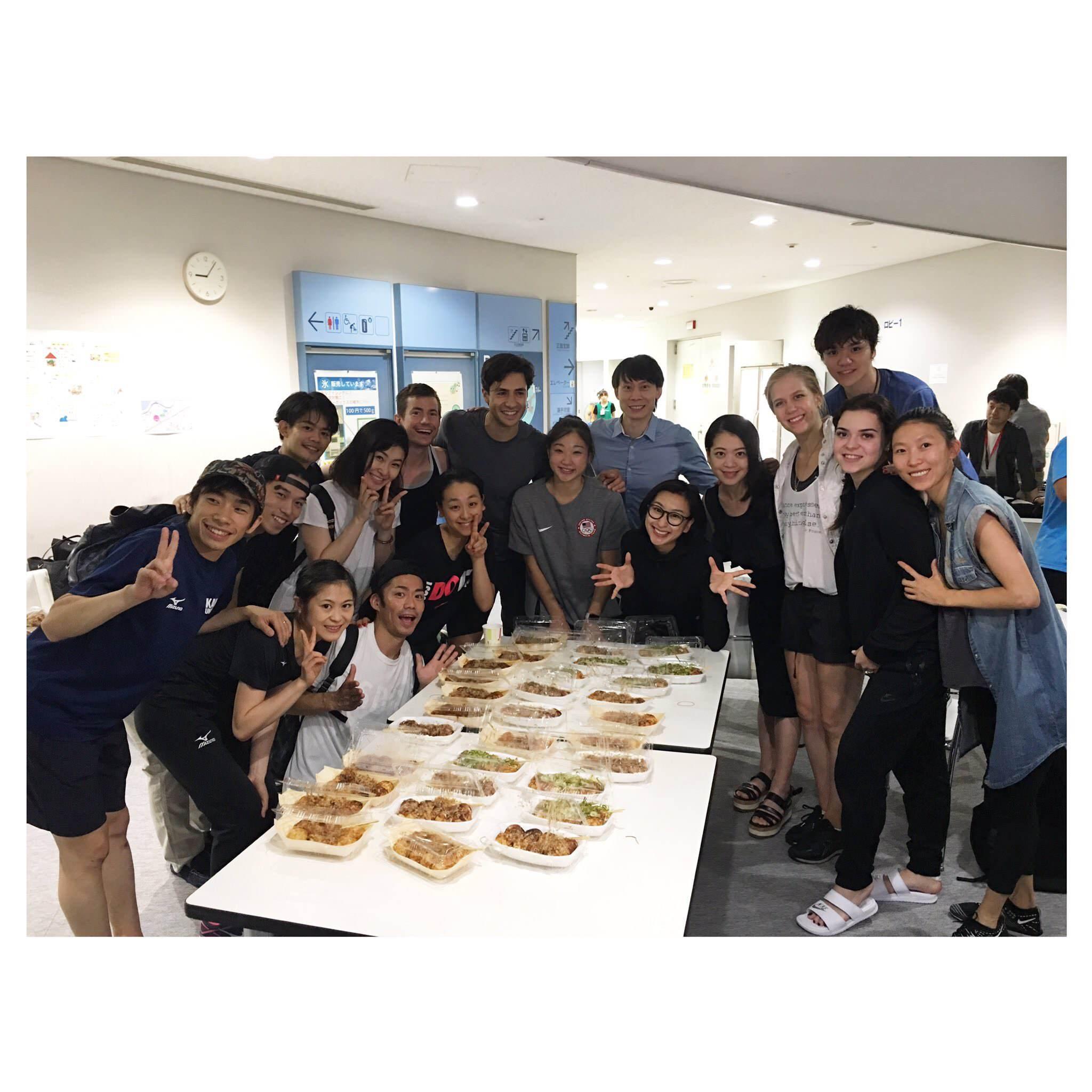 THE ICE2017。大阪公演開幕を目前に控え出場選手が集まってたこ焼きパーティ開催?浅田真央ちゃんが勢いよく食べてる(笑)