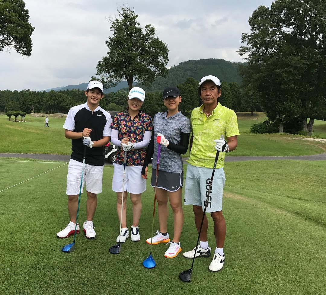 浅田真央・小塚崇彦・村上佳菜子が三人揃って仲良くゴルフデビュー。真央ちゃんのキュートなミニスカートもお披露目