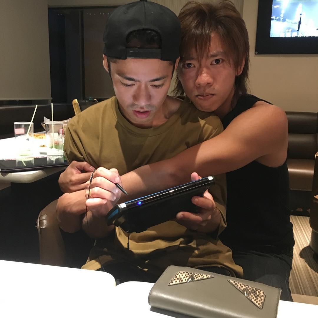 ファンには堪らない?クールな高橋大輔にスケート仲間の小林宏一が甘えて抱き着く写真にファンがざわつく