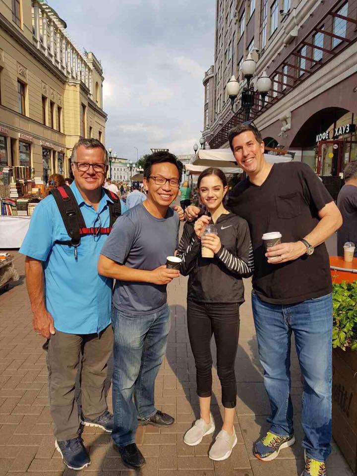 メドベージェワが撮影で綺麗な街をお散歩。純粋な笑顔が可愛らしい