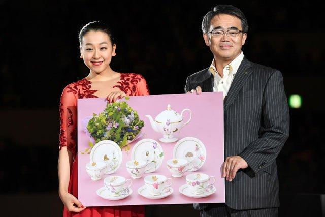 ザ・アイス2017名古屋公演。浅田真央の地元で授賞式が行われ愛犬エアロが描かれた陶器等が授与される