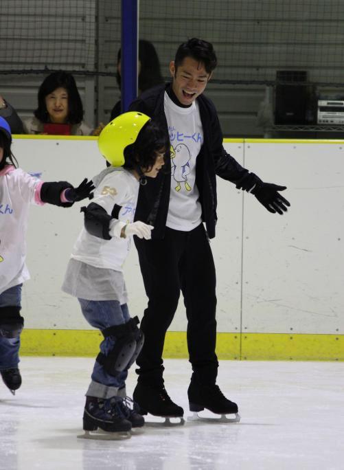 高橋大輔がスケート教室で子供たちと交流。