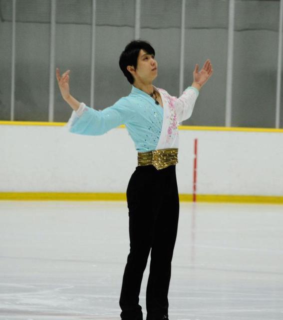 羽生結弦が横浜でアイスショーに参加し「花になれ」を披露。演技後はスケート教室を開催し子供たちと触れ合う