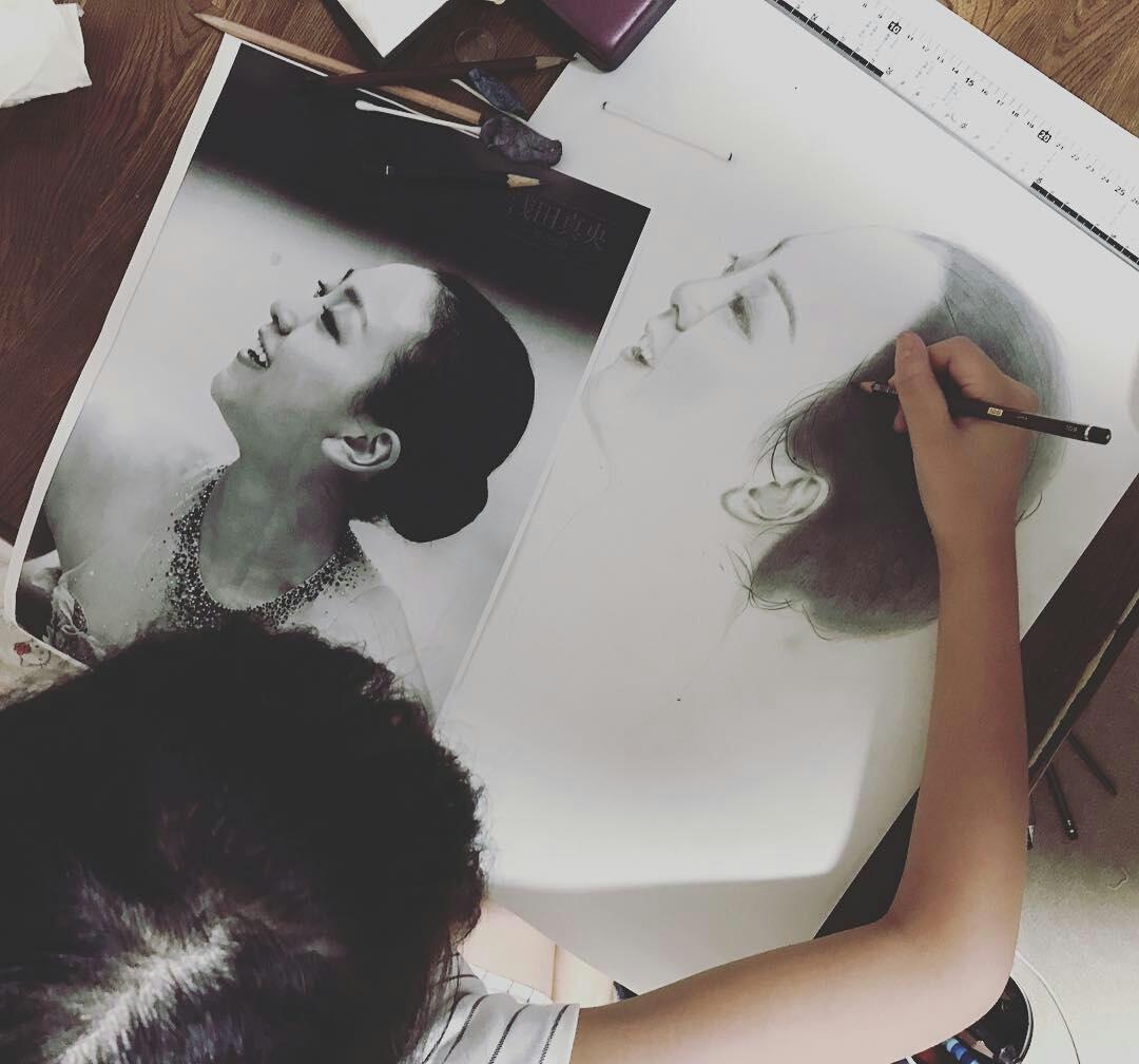 浅田真央ちゃんの写真を見ながらお絵かきをする子供が上手すぎる。