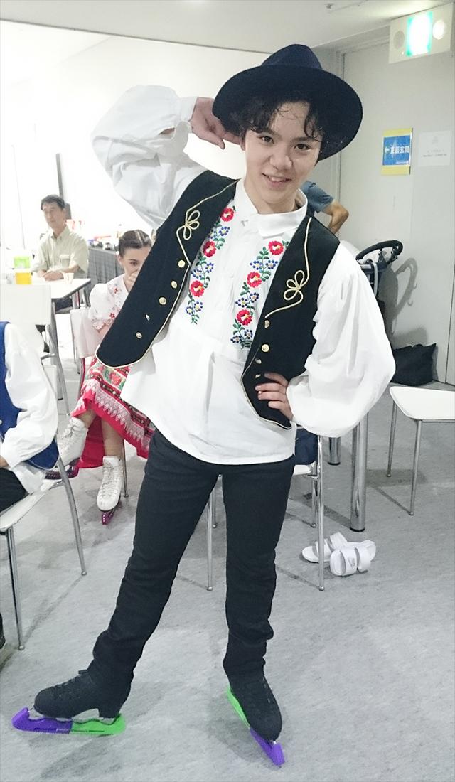 宇野昌磨選手の公式サイト更新。新しいメッセージとザ・アイスで着用したチャルダッシュ衣装でポーズを取る可愛い写真を公開