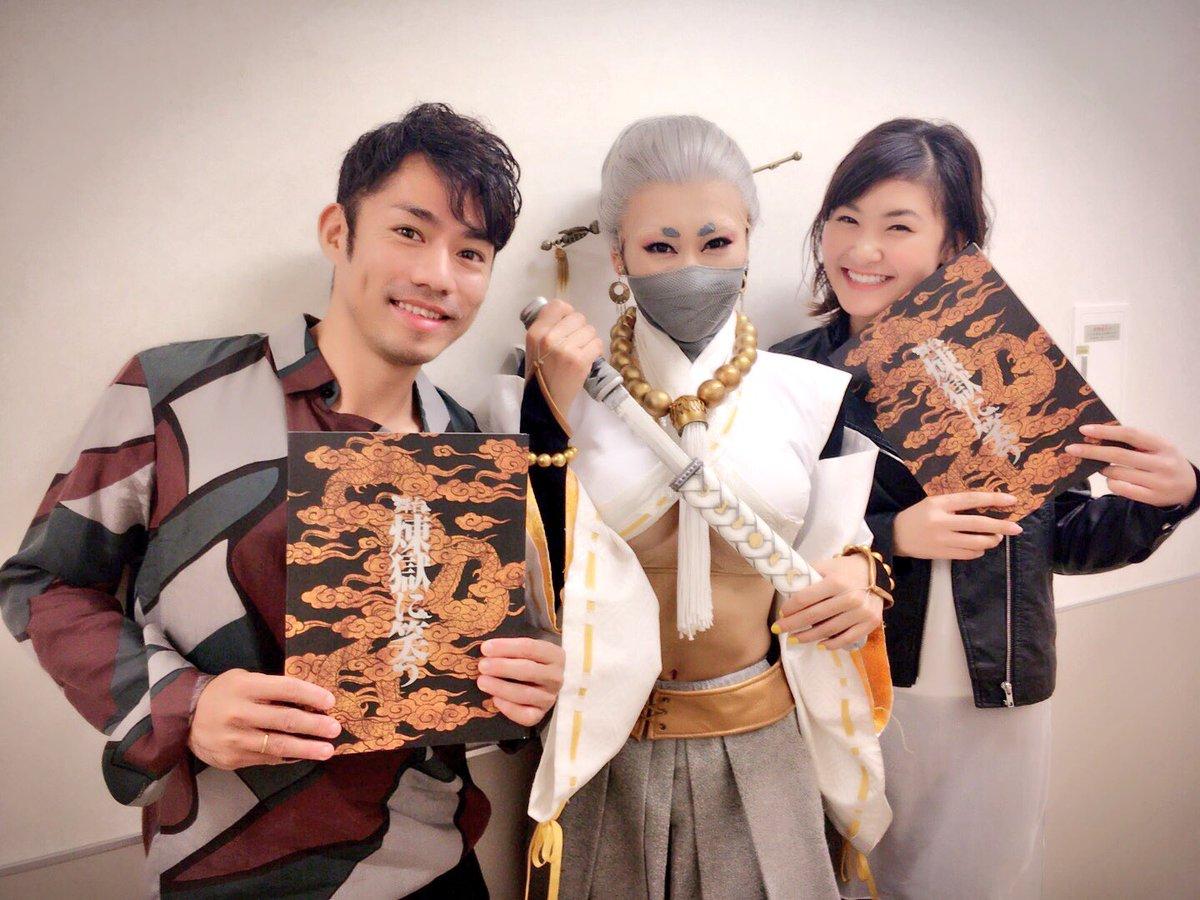 浅田舞が出演している舞台に高橋大輔&村上佳菜子が観劇。素敵なスリーショットを披露
