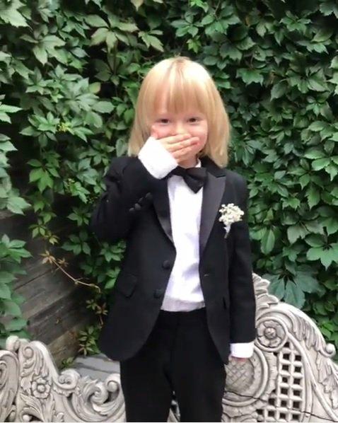 プルシェンコの息子サーシャ君が正装で投げキッスを披露。天使みたいで可愛すぎる。