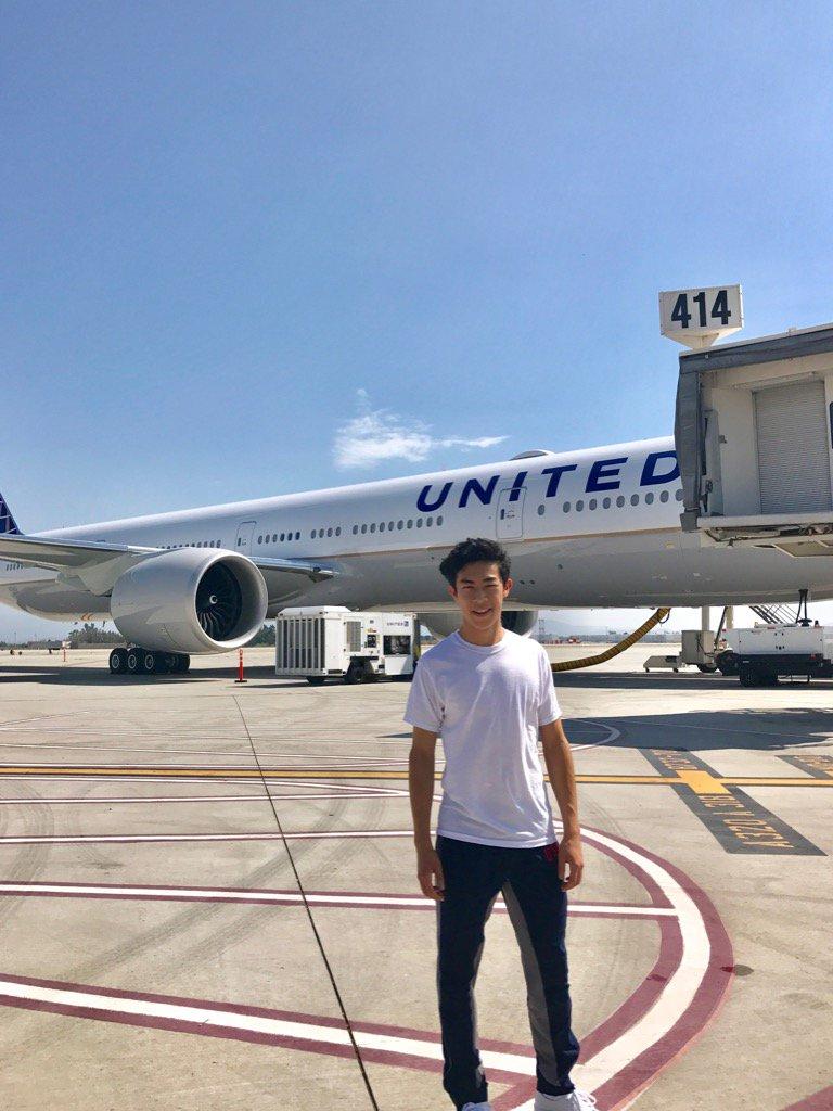 白Tシャツ一枚でネイサン・チェンが飛行機の横に立ち記念撮影。男らしい体格でカッコいい