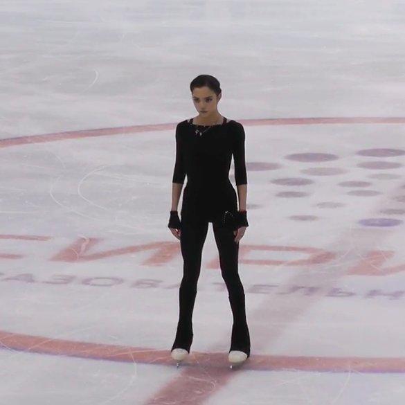 メドベージェワ選手が今シーズンのSP演技を披露。プログラム曲の中に自分の息を録音し入れている事を明かす