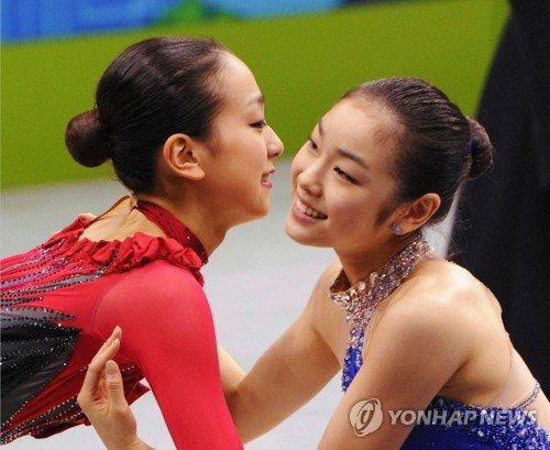 キムヨナと浅田真央の写真が1番人気。健闘たたえ抱き合う=韓中日合同展