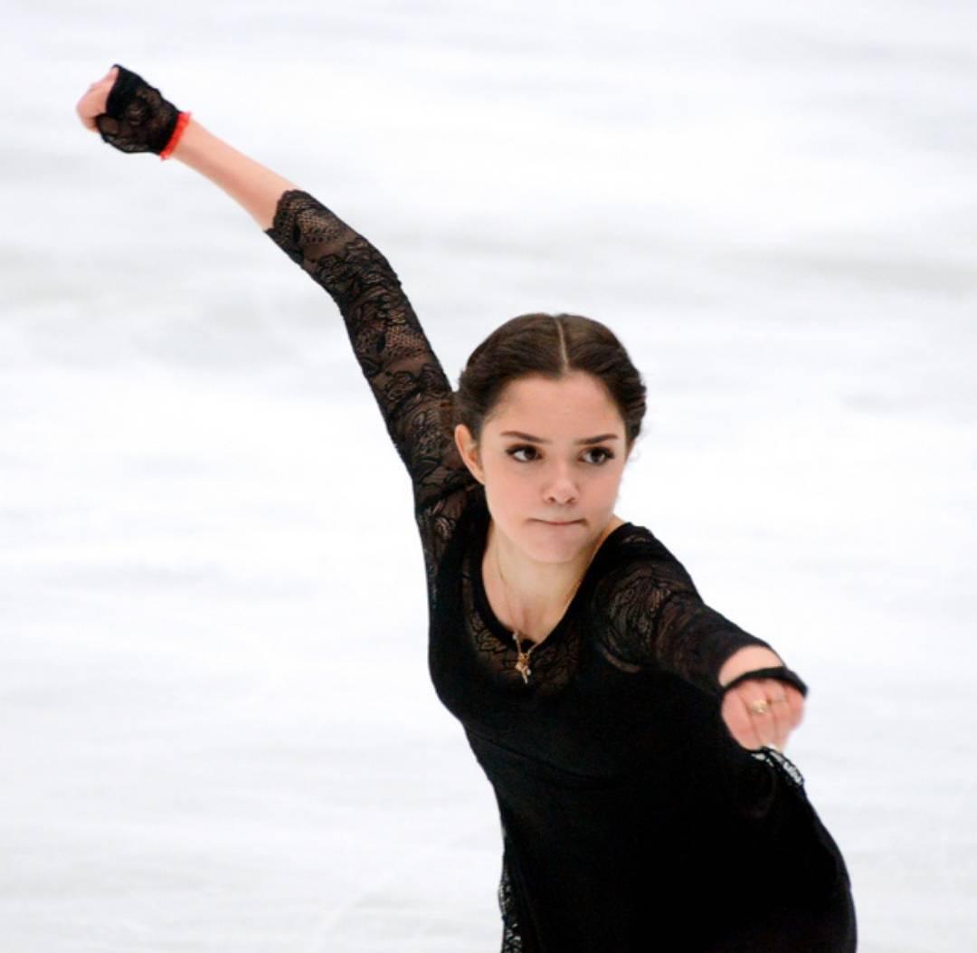 メドベージェワ選手がノリノリでロシア人選手らと一緒にダンスを披露