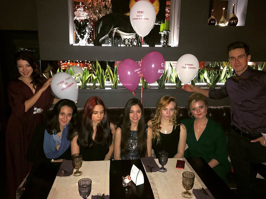 メドベージェワ選手がお誕生日パーティを友人達と開催。青いドレスがとっても素敵