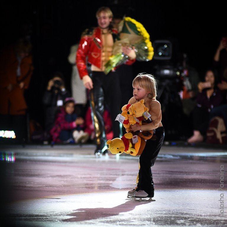 プルシェンコとサーシャの親子共演が実現。リンクの上にプー人形が投げ込まれ拾い上げる夢も実現