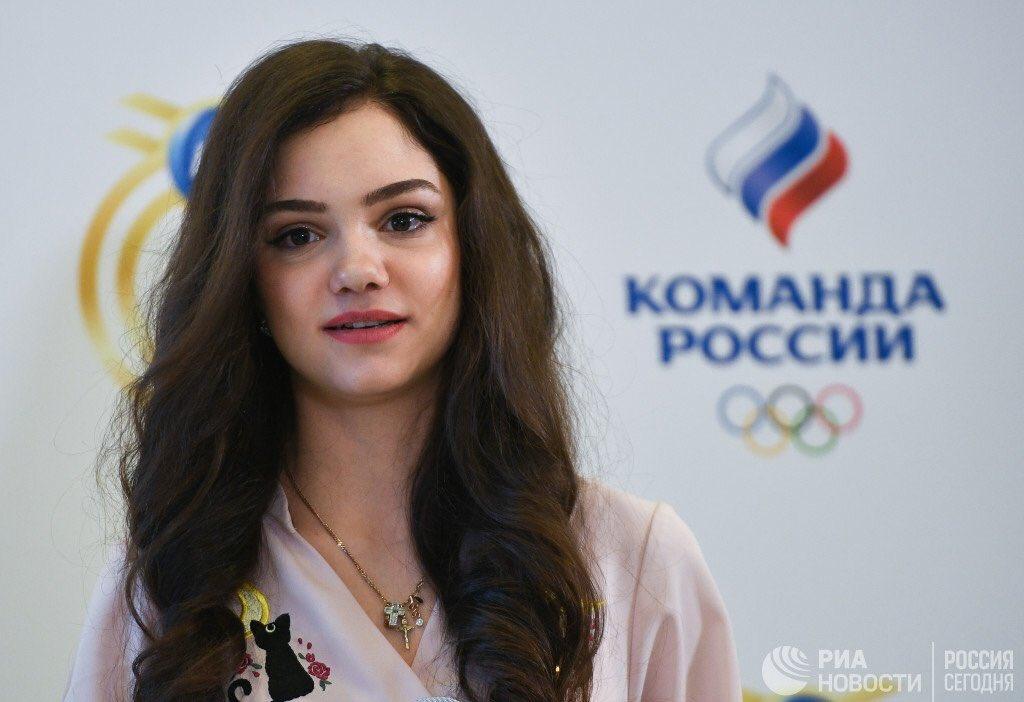 メドベージェワ選手がロシアのオリンピックイベントに参加。ギプスをして怪我をした足をかばいながら登場
