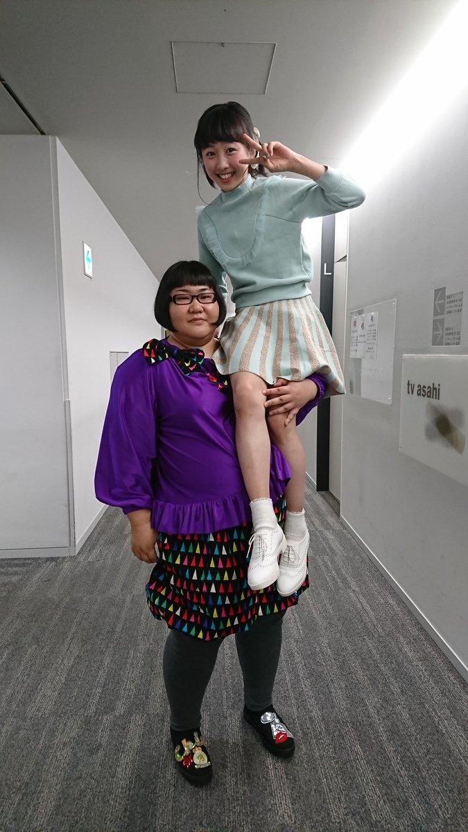 お笑いコンビメイプル超合金の安藤なつが本田望結を軽々持ち上げアニメの戸愚呂弟になりきる