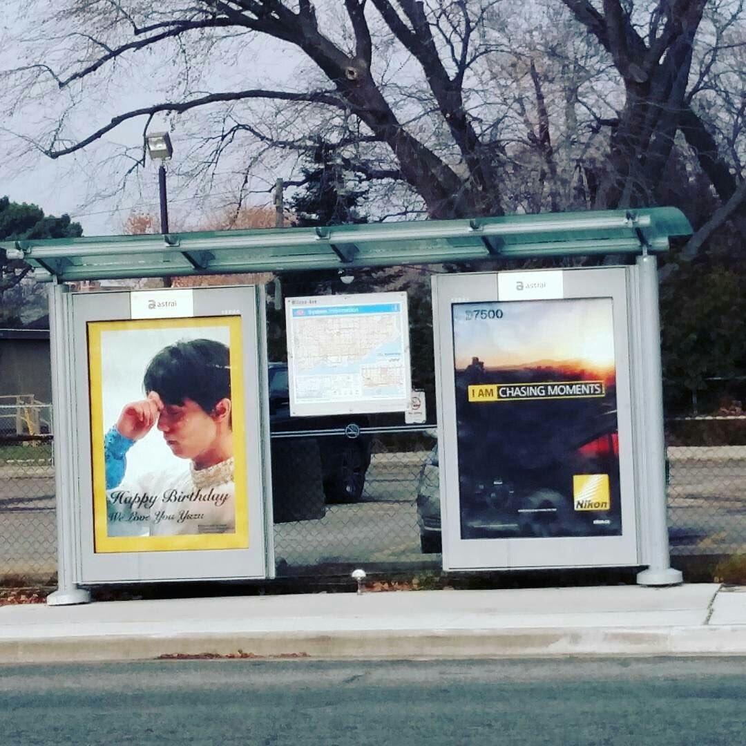 今週木曜日は羽生結弦選手23歳の誕生日。カナダクリケット近くのバス停に羽生選手の広告が設置される