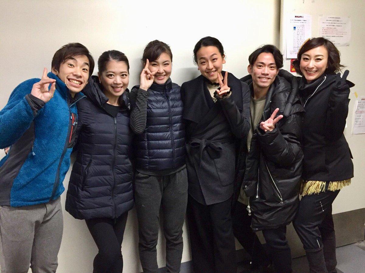 クリスマスオンアイス2017、千秋楽公園に浅田真央がソリに乗ってサプライズ登場。公演終了後には仲良し6人組で記念撮影