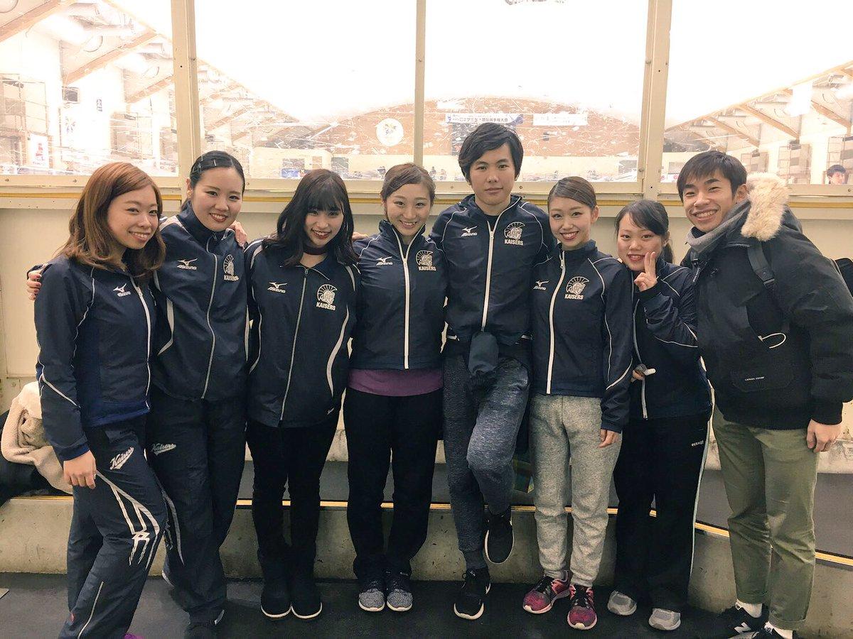 織田信成コーチが10代の生徒たちと一緒に記念撮影。大学生と並んでも全く違和感がないと話題に(笑)