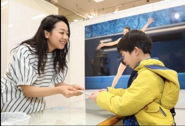 浅田真央さんが岡山の浅田真央展にサプライズで登場!先着200人に記念のポストカードをプレゼント!
