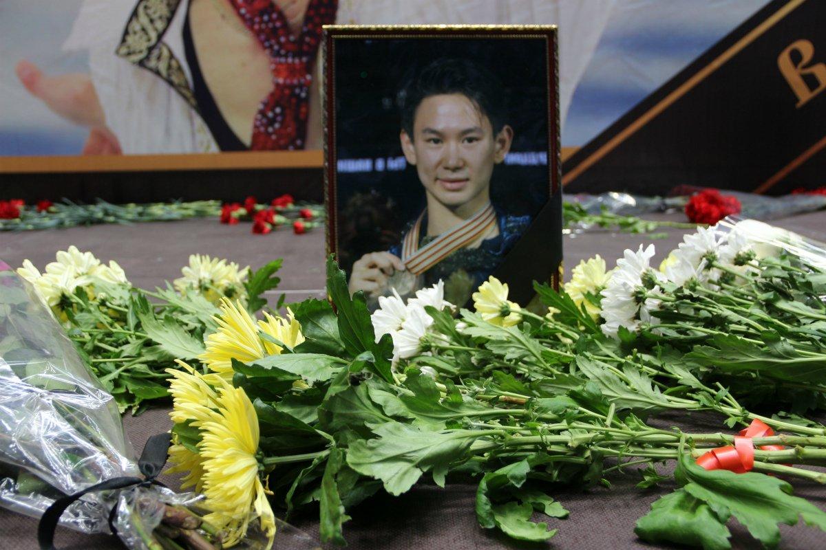 デニス・テン選手のお別れセレモニーが行われ、ドゥルツァ村の墓地に埋葬されました。