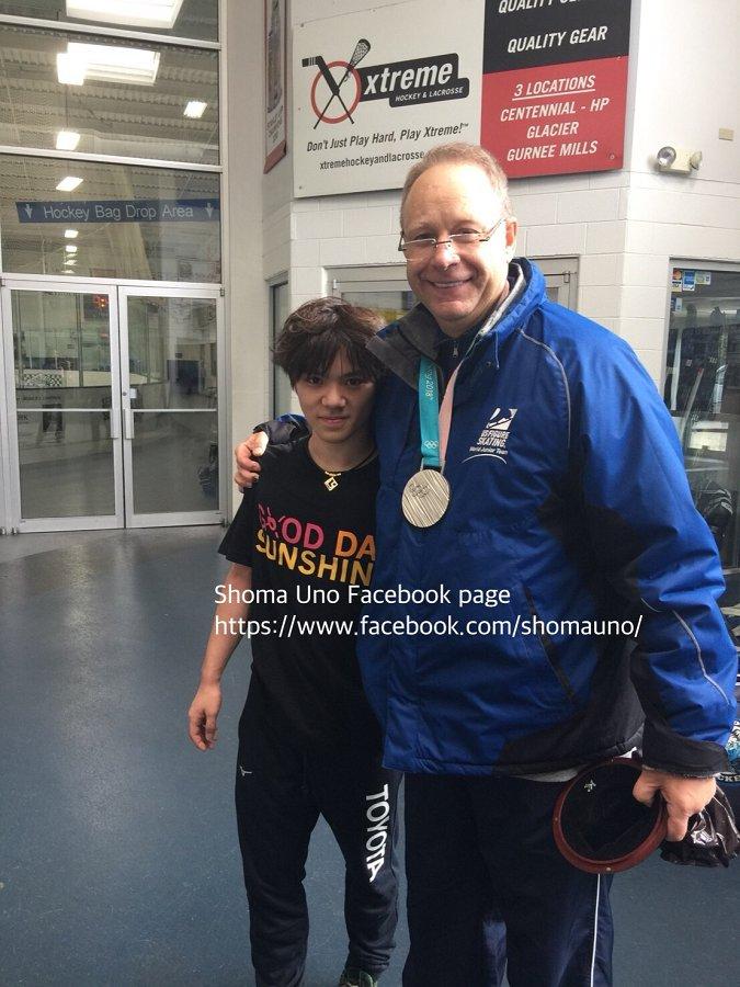 宇野昌磨がシカゴに行った大きな目的の1つはアレックス先生にメダルをかける事!良い写真だ!